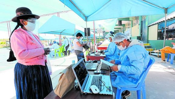 Los pobladores acudieron a inmunizarse. (Foto: Difusión)