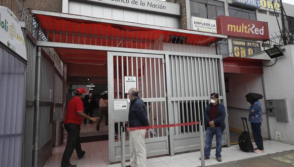Ciudadanos yendo a cobrar su Bono Familiar Universal que fue dado por el Gobierno. Hoy, anunciaron el segundo bono que buscará a apoyar económicamente a peruanos. | Foto: GEC.