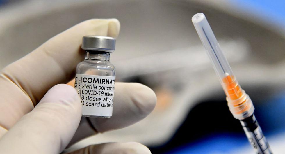 Un trabajador médico sostiene una jeringa y un vial de la vacuna de Pfizer-BioNTech contra el coronavirus Covid-19. (Foto de Tiziana FABI / AFP).