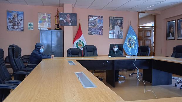 Rectora y vicerrectora de la Universidad Nacional de Huancavelica.