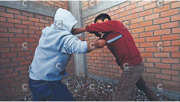 Para robarle celular extranjeros clavan tres puñaladas a policíay lo dejan al borde de la muerte