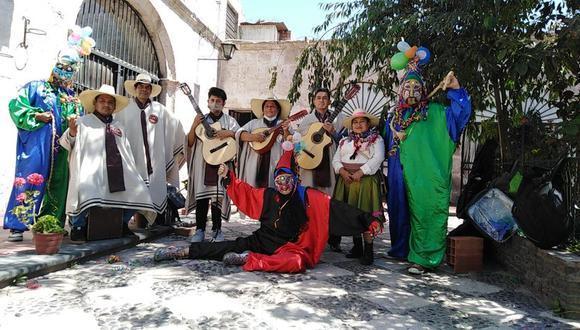 La agrupación tiene 15 integrantes entre músicos, cantantes y mojigangos. (Foto: Correo)
