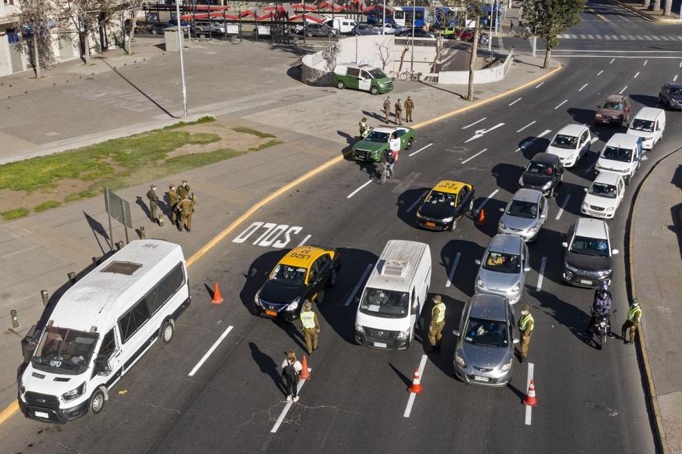 La región Metropolitana de Santiago de Chile comenzó este sábado una nueva cuarentena total como medida de seguridad sanitaria ante el aumento de casos diarios de coronavirus pese a una exitosa campaña de vacunación masiva. (Texto y foto: AFP).