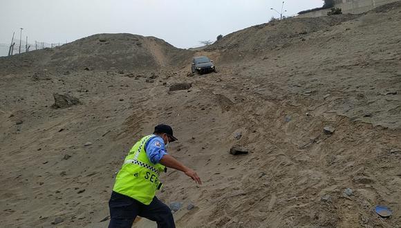 La camioneta se desbarrancó en el cerro Las Casuarinas. (Foto: Municipalidad de Surco)