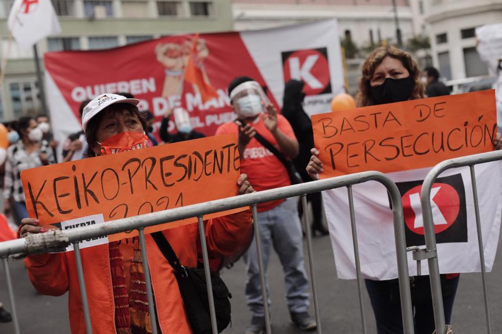 Algunos simpatizantes de Keiko Fujimori se encuentran a la espera de lo que decida el Poder Judicial en cuanto a  la posible suspensión temporal del partido Fotos: Leandro Britto / @photo.gec