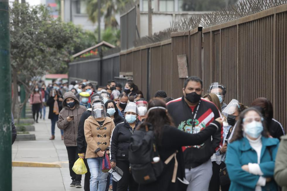 En forma masiva, y desde muy temprano, el grupo etario de 40 años y los adolescentes de 12 a 17 años con síndrome de down asisten a los 22 centros de inmunización en la tercera vacunatón en Lima Metropolitana y el Callao.(Foto:Britanie Arroyo)