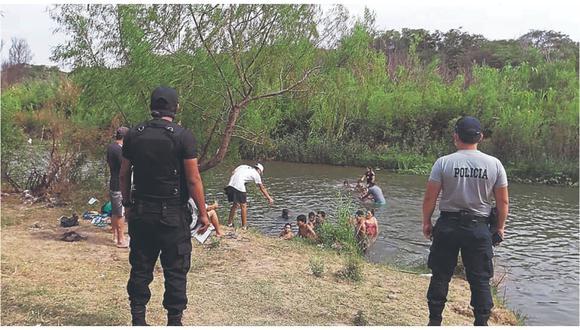 Ante la restricción para visitar las playas, familias  acuden a bañarse a los ríos y grandes canales de agua.