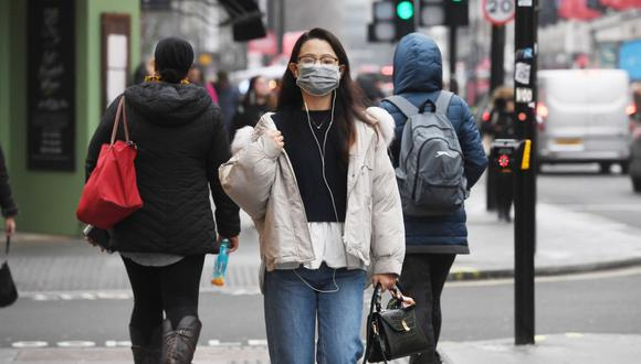 Los síntomas del coronavirus son en muchos casos parecidos a los de un resfriado, pero pueden venir acompañados de fiebre y fatiga, tos seca y disnea. (Foto: EFE)