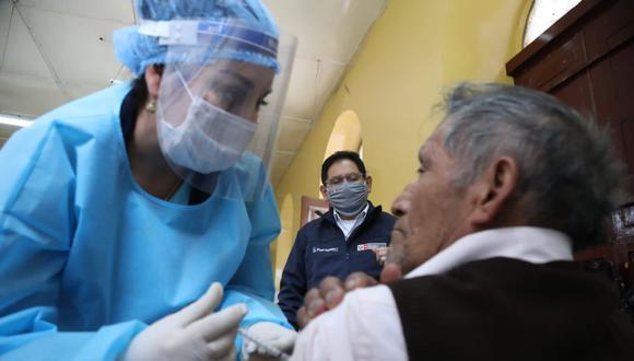 Los adultos mayores necesitan de cuidado preventivo en esta crisis de salud pública. Vacunarlos puede ser una tarea arriesgada si no se elabora un plan de cuidado en el proceso. (Foto: difusión).