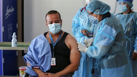 El doctor Jorge Luis Vélez recibe la vacuna contra la covid-19 en el Hospital Centinela Pablo Arturo Suárez hoy, en Quito (Ecuador). EFE/ Jose Jacome