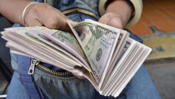 En el mercado paralelo o casas de cambio de Lima, el tipo de cambio se cotizaba a S/ 3.680 la compra y S/ 3.730 la venta de cada billete verde. (Foto: GEC)