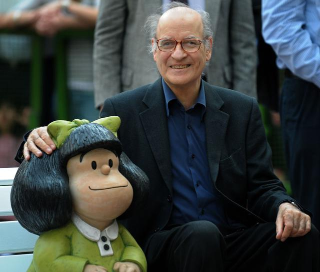 """(FILES) In this file photo taken on August 30, 2009 Argentine cartoonist Joaquin Salvador Lavado (R), also known as """"Quino"""", creator of comic strip character Mafalda, poses alongside her sculpture made by Argentine sculptor Pablo Irrgang in Buenos Aires. - Quino passed away on September 30, 2020 at 88, his editor confirmed. (Photo by Alejandro PAGNI / AFP)"""