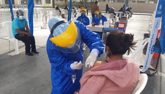 Pobladora recibe el antígeno de Pfizer en el vacunatorio instalado en la institución educativa Coronel Bolognesi. (Foto: Correo)