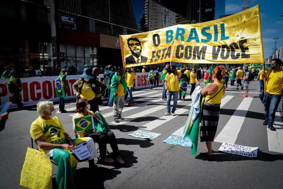 La pandemia del coronavirus en Brasil, país que suma más de 14,6 millones de casos confirmados y 403.000 muertes, no impidió que miles de manifestantes saliesen este sábado a las calles, en las celebraciones del Día Internacional del Trabajo, para respaldar o protestar contra el Gobierno. (Texto y foto: EFE).