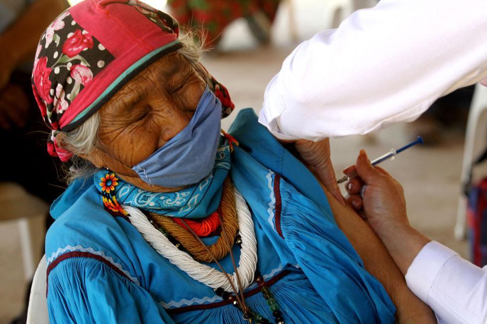 Una mujer indígena wixárika es inoculada con la vacuna CanSino Biologics contra el COVID-19 en el centro de vacunación instalado en la localidad de Nuevo Colonia, en Mezquitic, estado de Jalisco, México, el 16 de abril de 2021. (Ulises Ruiz / AFP).