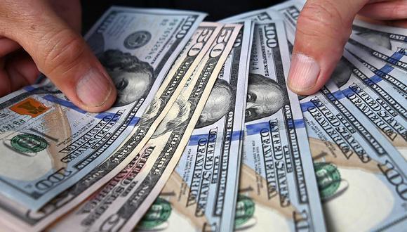 En el mercado paralelo o casas de cambio de Lima, el tipo de cambio se cotiza a S/ 4.090 la compra y S/ 4.120 la venta por cada dólar. (Foto: AFP)