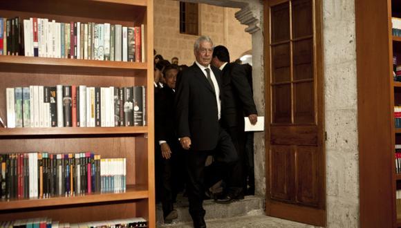El escritor Mario Vargas Llosa donó miles de libros en diferentes años