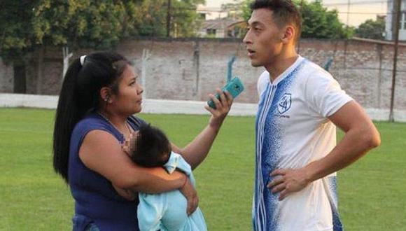 Mujer periodista cubre un partido y entrevista cargando a su bebé (FOTOS)