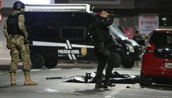 Imagen referencial. Miembros de la policía vigilan el local en donde los bandidos dejaron explosivos escondidos, durante el robo de un banco en la madrugada de este martes, en Criciúma (Brasil). (EFE/ Guilherme Hahn).