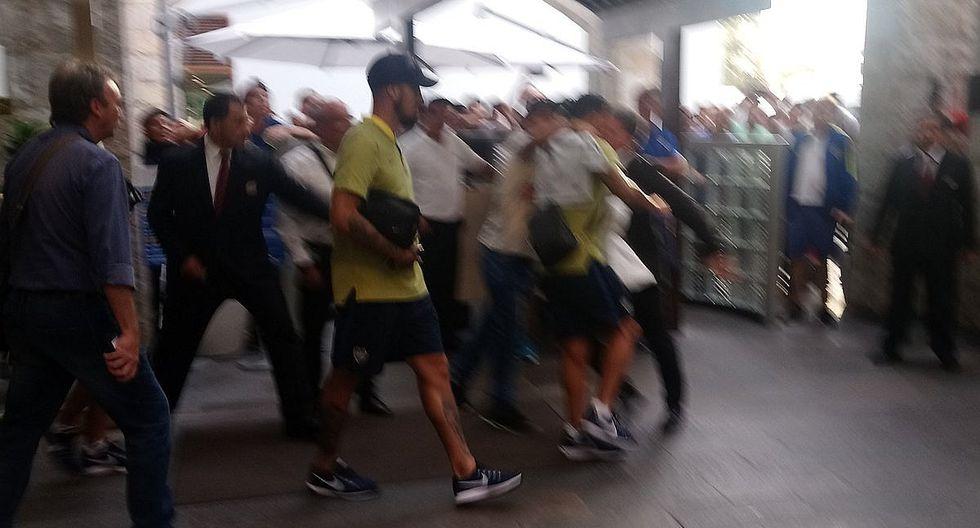 Hincha de Boca Juniors burló seguridad de la concentración para abrazar a Carlos Tévez (FOTOS)