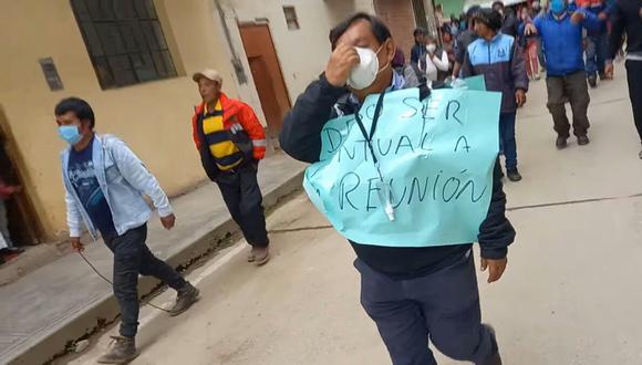 """Al funcionario se le colocó dos carteles en el pecho, uno de ellos decía """"Debo ser puntual a la reunión"""" (Foto: Radio Cadena 96 FM)"""
