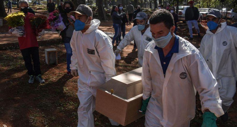 Imagen referencial. Los empleados llevan el ataúd de una persona que murió de COVID-19 en el cementerio de Vila Formosa, en las afueras de Sao Paulo, Brasil. (NELSON ALMEIDA / AFP).
