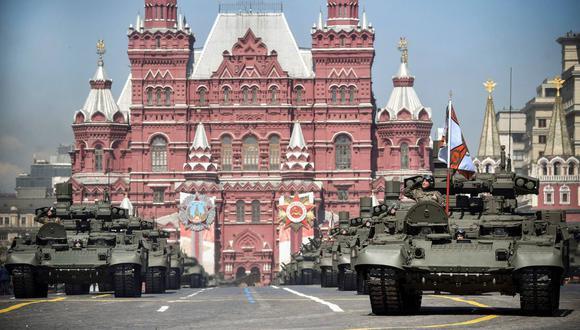 Los vehículos militares rusos se mueven por la Plaza Roja durante un desfile militar. (AFP / Alexander NEMENOV).