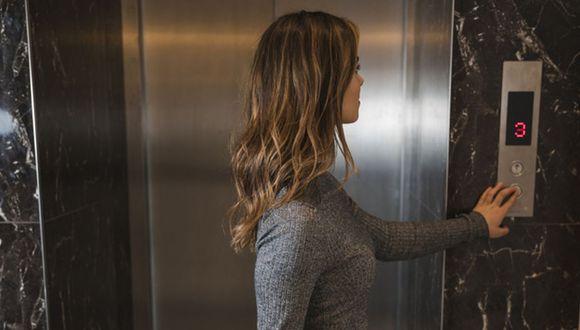 Los ascensores son espacios públicos que son utilizados por gran cantidad de gente, convirtiéndose en un foco de gérmenes (Foto: Freepik)