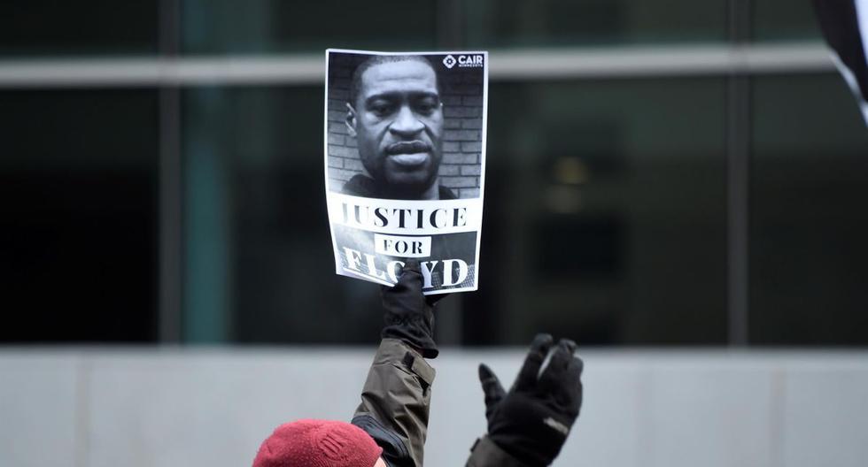Manifestantes marchan por las calles de Minneapolis luego de que los abogados terminaran los alegatos en el juicio al policía Derek Chauvin por el asesinato de George Floyd (EFE / EPA / CRAIG LASSIG).
