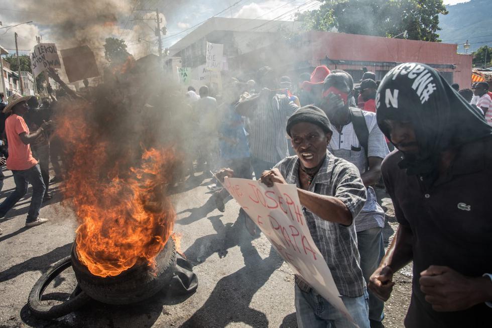 La manifestación es una reacción directa a uno de los muchos decretos firmados recientemente por el presidente, sin contrapoder desde que cesó el Parlamento en enero de 2020. (Valerie Baeriswyl / AFP)