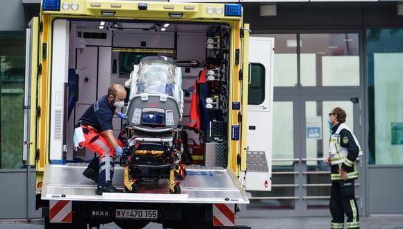 Los paramédicos de la Bundeswehr alemana devuelven un contenedor vacío a un vehículo utilizado en el transporte de un convoy de automóviles frente a la clínica después de que el activista opositor ruso Alexei Navalny llegara a la clínica Charite en Berlín, Alemania. (EFE/CLEMENS BILAN).