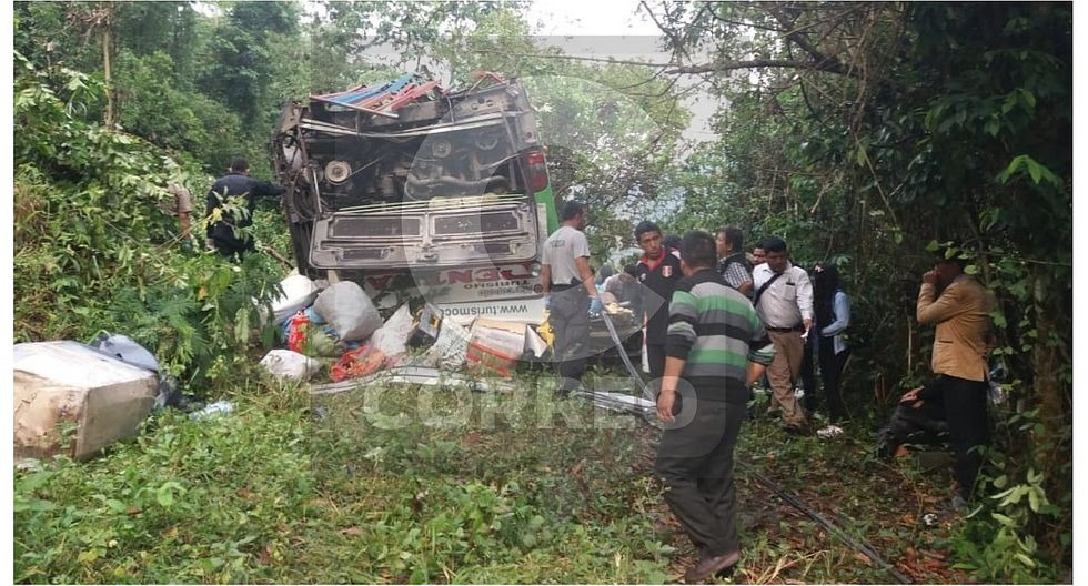 A 10 suben muertos en choque de bus y auto en Carretera Central (VIDEO)