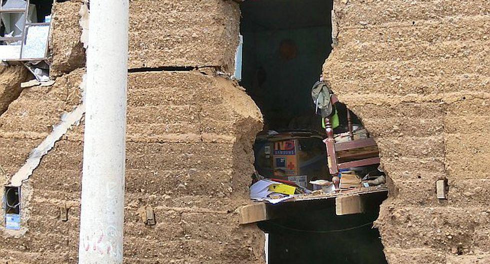 Pared de vivienda colapsa y ventarrón arranca techo de casa
