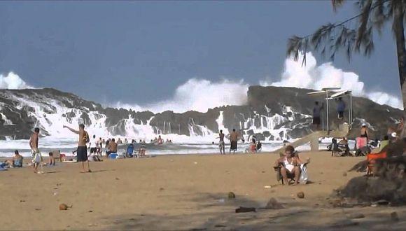 ¿Te bañarías en esta playa con un rompeolas natural que parece un tsunami? (VIDEO)