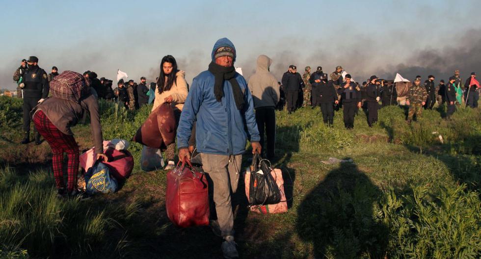Los okupas son desalojados por la policía en Guernica, provincia de Buenos Aires, Argentina, el 29 de octubre de 2020. (AFP).