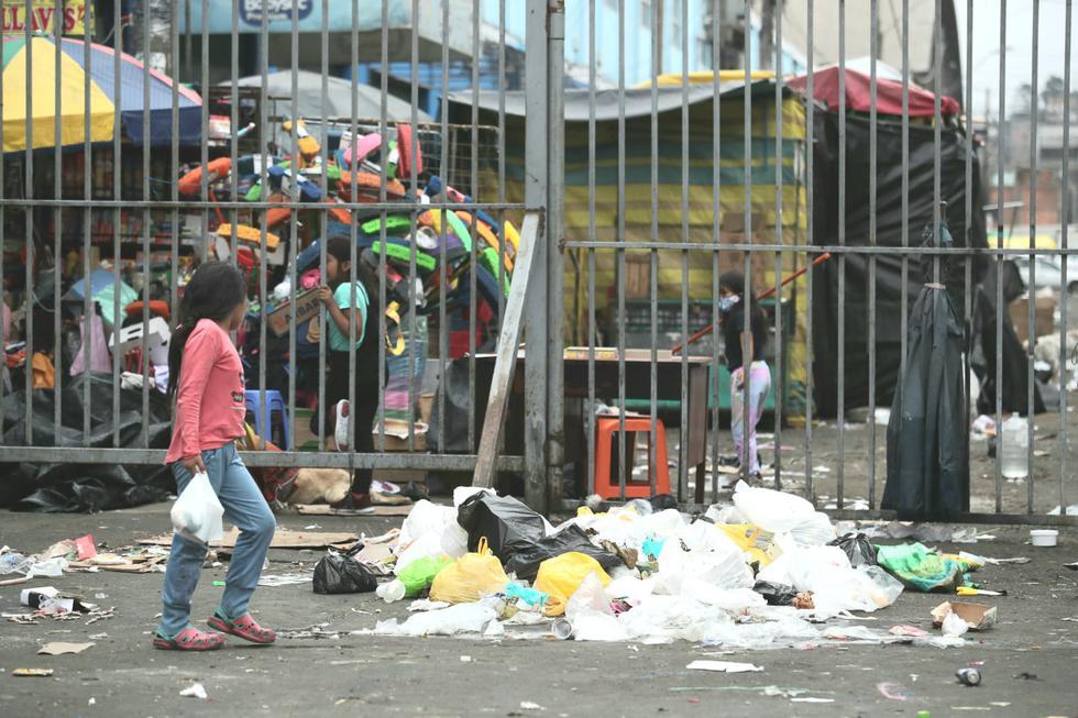 La basura acumulada se encuentra en la Av. Aviación, distrito de La Victoria. Foto; Lino Chipana Obregón / GEC