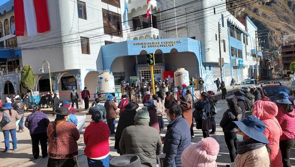 Comerciantes protestan frente a la comuna de Huancavelica.