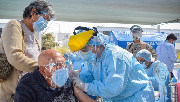 Primer grupo de adultos mayores de 86 años fue vacunado el 26 de abril en dos centros educativos del distrito Tacna