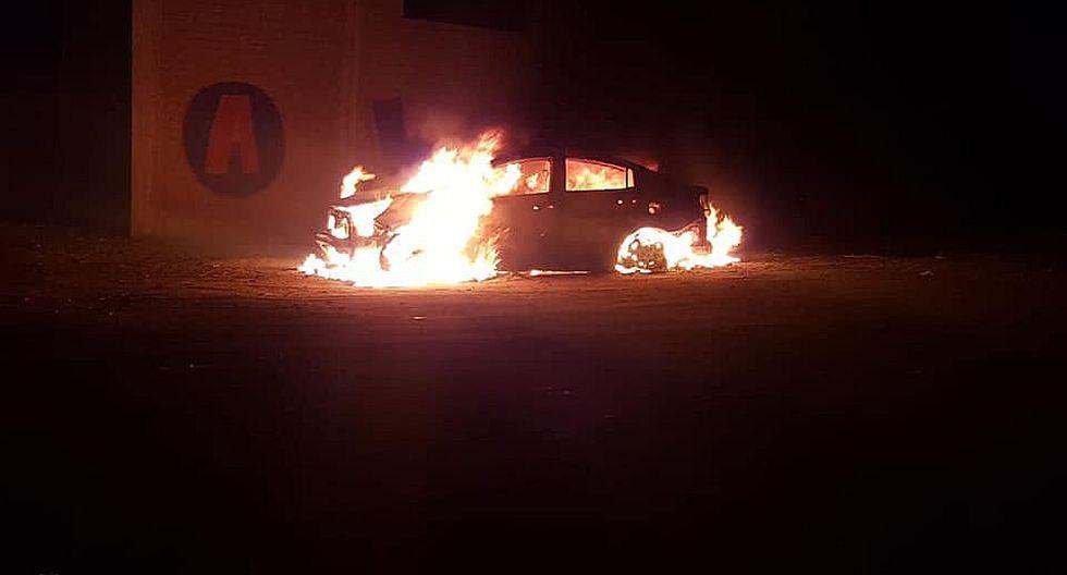 Automóvil se incendia en plena calle y causa pánico en vecinos