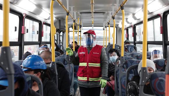 Cobradores y pasajeros deben utilizar protectores faciales en el transporte urbano, señala la ATU. (Foto: Ángela Ponce)