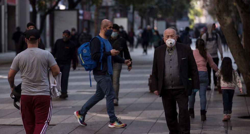 Imagen referencial. Un adulto mayor camina en Santiago (Chile). La mayoría de los contagios por coronavirus se producen actualmente en las regiones norteñas, con especial atención en la de Arica y Parinacota (EFE/Alberto Valdés).