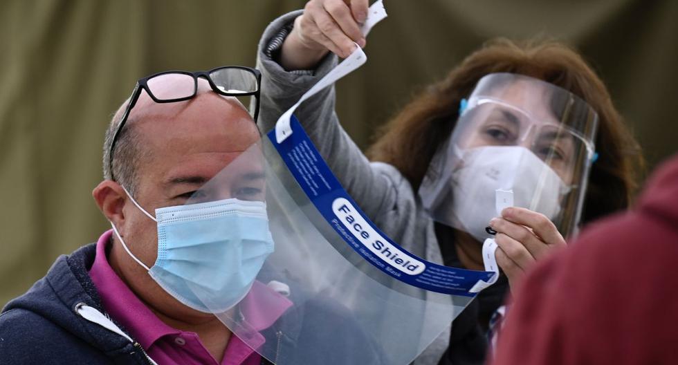 Imagen referencial. Chilenos usan medidas de protección contra el coronavirus en un colegio electoral. (Foto de PEDRO UGARTE / AFP).