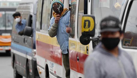 Hoy serán debatidos en el Parlamento dos proyectos de ley que buscan ampliar hasta por 10 años más el permiso a empresas del servicio de transportes público de Lima y Callao que operan con combis, coasters y buses. EFE/Paolo Aguilar
