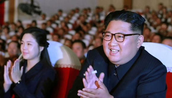 En esta imagen del 2 de junio de 2019 publicada por la Agencia Central de Noticias de Corea (KCNA) aparece el líder norcoreano Kim Jong-un junto a su esposa Ri Sol-Ju. (AFP).