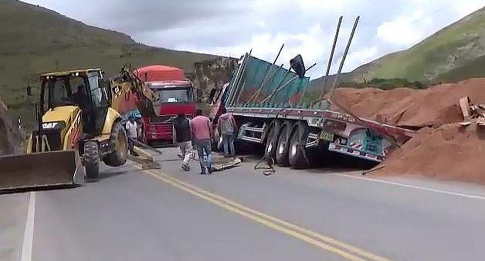 Tráiler se despista en carretera Central dejando regado cargamento de aserrín (VIDEO)