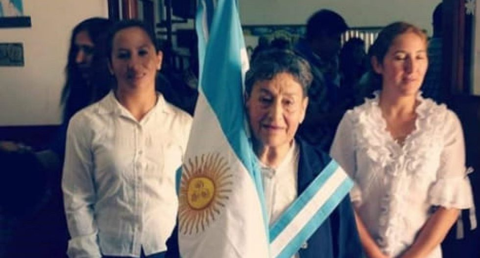 Mujer de 74 años fue abanderada tras ser primer puesto en escuela de Argentina