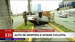 Automóvil se vuelca e invade ciclovía en la avenida Universitaria