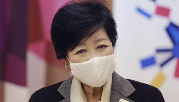 La gobernadora de Tokio, Yuriko Koike, habla durante una entrevista con The Associated Press en Tokio.  (Foto AP / Koji Sasahara)