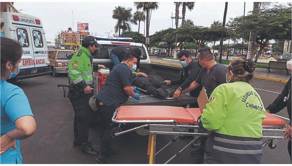 """De otro lado, en Nepeña, una camioneta volcó en el sector llamado """"la curva del diablo"""". Ocupantes abandonaron la unidad."""