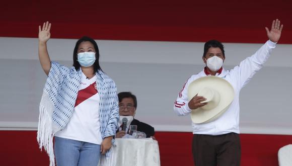 Los candidatos presidenciales de Fuerza Popular y Perú Libre saludando a la población de Chota poco antes de iniciarse el debate presidencia. (Foto: Hugo Pérez / @photo.gec)